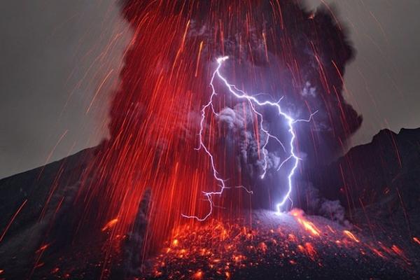 Stunning volcano and Lightning Sakurajima Japan image by Wired