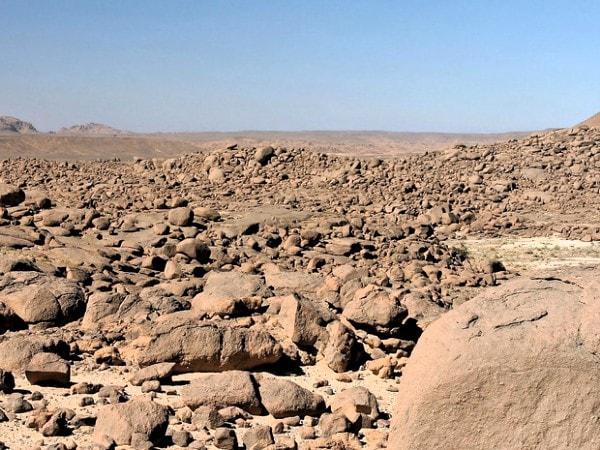 essays on hot deserts